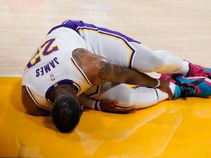 LeBron James, en el momento de su lesión durnte el partido Lakers-Atlanta.