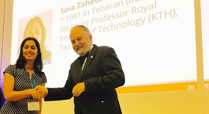 Sara Zahedi recibe el premio de la Sociedad Europea de Matemáticas (EMS) de manos de Pavel Exner, presidente de esta organización.