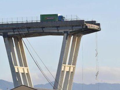 """El coche que estaba frente a mí desapareció. Miré hacia arriba y vi caer la torre del puente"""", cuenta el conductor genovés"""