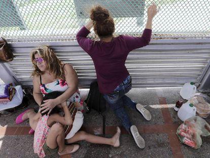 Inmigrantes de Honduras esperan para pedir asilo en Matamoros.