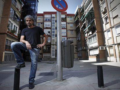 Fernando Leon de Aranoa en La Elipa junto a una farola, la localización que protagonizó el cartel de 'Barrio'. Foto: Álvaro García.