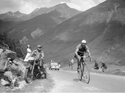 Escalando los Pirineos durante el Tour de 1950.