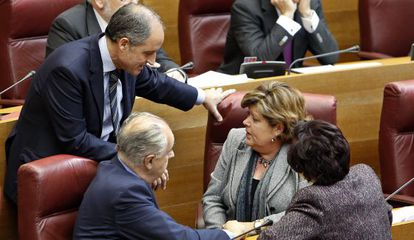 Milagrosa Martínez, con Francisco Camps y Rafael Blasco en un pleno de las Cortes Valencianas.