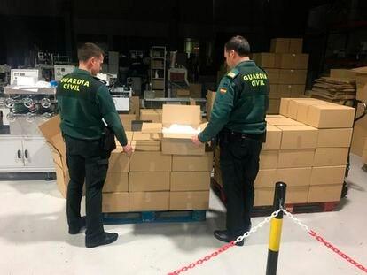 La Guardia Civil interviene 150.000 mascarillas en una fábrica de Jaén.
