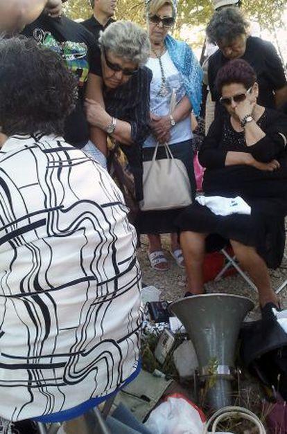 Seguidores de Ángel Muñoz escuchan la grabación del presunto vidente.