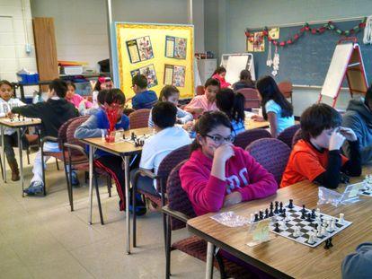 Alumnos del colegio Leleck durante la clase de ajedrez