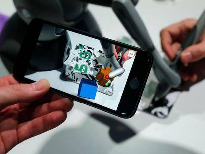 Un asistente al Mobile World Congress prueba las novedades de un móvil.