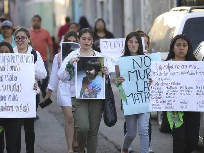 Mujeres se manifiestan en Ciudad de México por el asesinato de Fátima, una niña de siete años cuyo cuerpo fue hallado con signos de tortura.