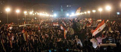 Egipcios celebran la caída de Mubarak sobre el puente de Qasr al Nil,  en El Cairo.