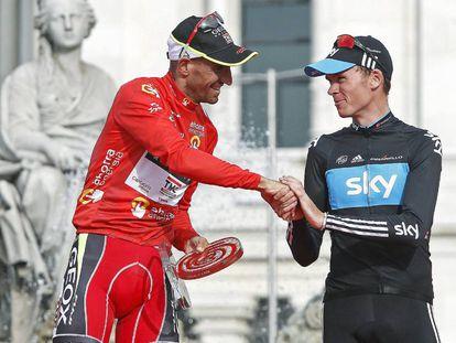 Juanjo Cobo (i) saluda Christopher Froome, en el podio de Madrid tras acabar la Vuelta de 2011.