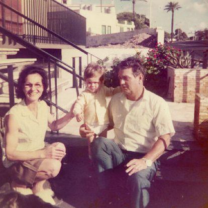 Randy con sus padres adoptivos, Randolph Edward Ryder y Roswitha Huber, en Málaga.