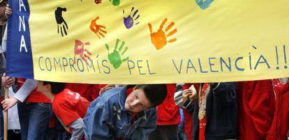 Niños en una de les trobades en valencià.