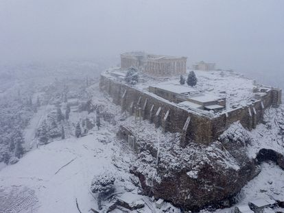 LA Acrópolis de Atenas, cubierta de nieve la semana pasada.