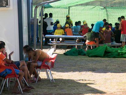 Inmigrantes menores alojados en el camping El jardín de las Dunas de Tarifa.