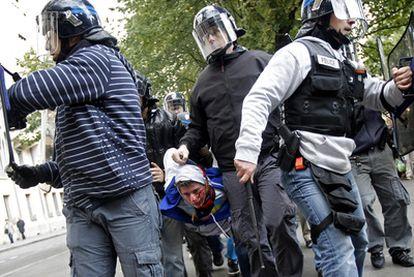 La policía francesa detiene a un estudiante durante los enfrentamientos de ayer en Lyon.