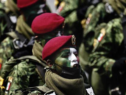 Soldados desfilan durante las celebraciones de la independencia en el zócalo de Ciudad de México, el 16 de septiembre.