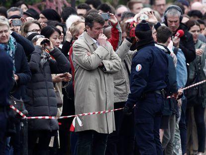 Transeúntes y periodistas, esta mañana ante la catedral de Notre Dame.