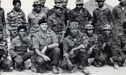 """En sus memorias, el general Westmoreland definía a Gritz como """"el verdadero soldado americano"""". Esta imagen de Gritz rodeado de sus pupilos laosianos fue la que pidió Coppola para trucar con la cabeza de Marlon Brando y aprovecharla para 'Apocalypse now'. El ejército americano se negó."""