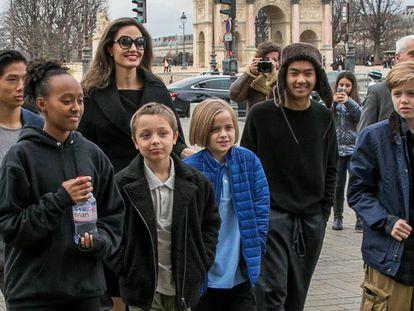 Angelina Jolie y sus seis hijos, a su llegada este martes al museo del Louvre.