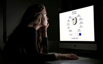 Una estudiante frente al ordenador mirando una página de Wikipedia.