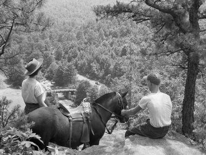 Una pareja, en un descanso de un paseo a caballo en el parque Babcock (Virgina Occidental), en los Apalaches