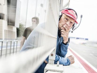 Lauda observa los monoplazas desde el muro.