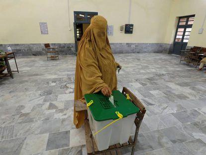 Una mujer vota este miércoles en Peshawar.