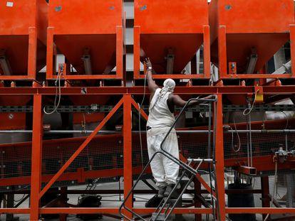 Un trabajador en una fábrica de gas reciclado en Nueva York (Estados Unidos), el pasado 3 de junio.
