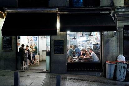 Varias personas en una cafetería de Madrid.