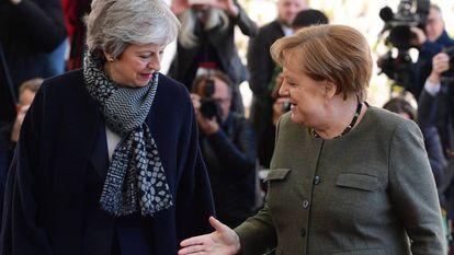La canciller alemana, Angela Merkel, saluda a la primera ministra británica, Theresa May, este martes en la Cancillería en Berlín (Alemania).
