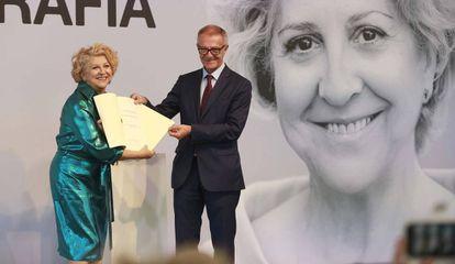 Esther García, con el diploma que acredita su Premio Nacional de Cinematografía que despliega el ministro José Guirao.