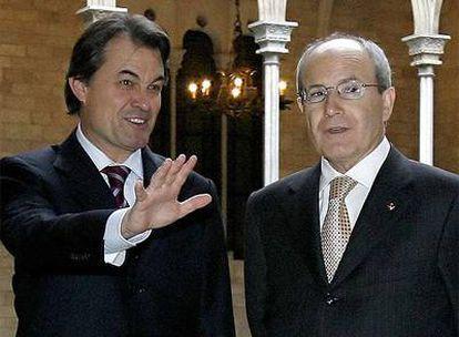 El presidente de la Generalitat, José Montilla (dcha.), y el presidente de CiU, Artur Mas, antes de la reunión de hoy.