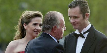 El Rey conversa con Iñaki Urdangarin en presencia de la infanta Cristina, en un acto público celebrado en Barcelona en 2006.
