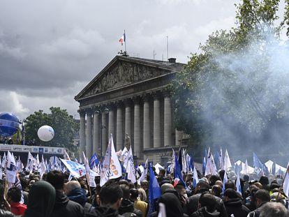 Policías franceses protestan el 19 de mayo ante la Asamblea Nacional en París