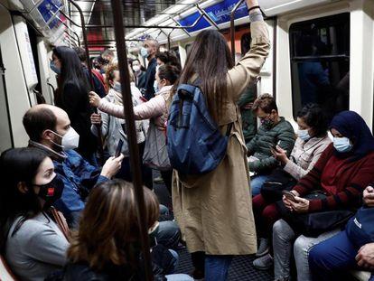 Viajeros en la línea 1 del Metro de Madrid la semana pasada.