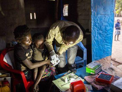 Un sanitario realiza la prueba de la malaria a un pequeño en la Rep. Dem. del Congo.