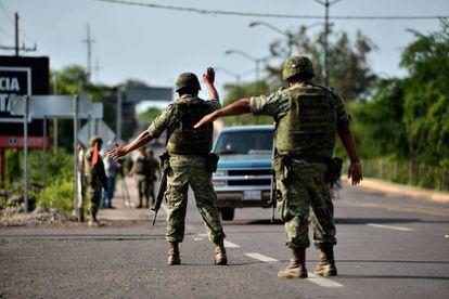 Soldados paran un vehículo en una autopista de Badiraguato, Sinaloa, la tierra natal del capo Joaquín 'Chapo' Guzmán.