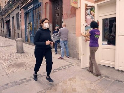"""La presidenta de la Comunidad de Madrid y candidata del PP a la reelección, Isabel Díaz Ayuso, en  su vídeo de campaña, en el que va corriendo por un Madrid con sus establecimientos abiertos, reivindica la """"cultura del esfuerzo""""."""
