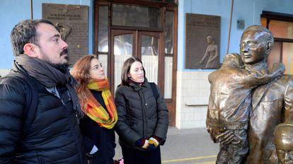 Federico, Karin y Coni Lechner ante el monumento a Sir Nicholas Winton en la Estacion Central de Praga.
