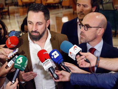 El líder de Vox Santiago Abascal, hace declaraciones en presencia de su cabeza de lista al Parlamento Europeo, Jorge Buxadé.