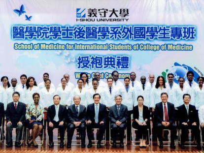 Foto de familia de una promoción de alumnos becados de la Universidad I-Shou junto al expresidente taiwanés Ma Ying-jeou.