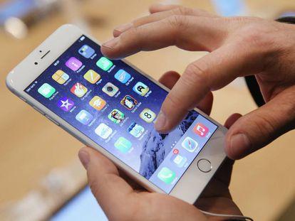Un comprador prueba el iPhone 6 en una Apple Store.