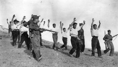Republicanos arrestados en Somosierra durante la Guerra Civil.