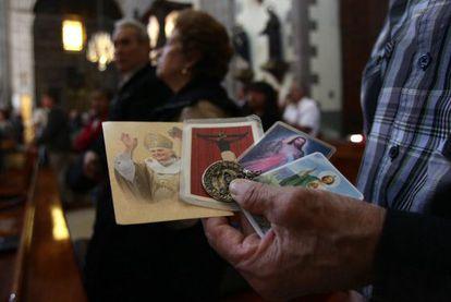 Feligreses católicos oran hoy, lunes 11 de febrero de 2013, durante una misa en la Catedral Metropolitana de Ciudad de México.