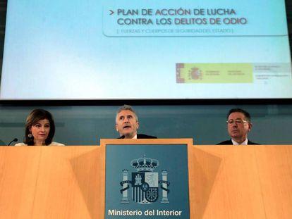 Fernando Grande-Marlaska junto a la Secretaria de Estado de Seguridad, Ana Botella, en la presentación del llan contra los delitos de odio.