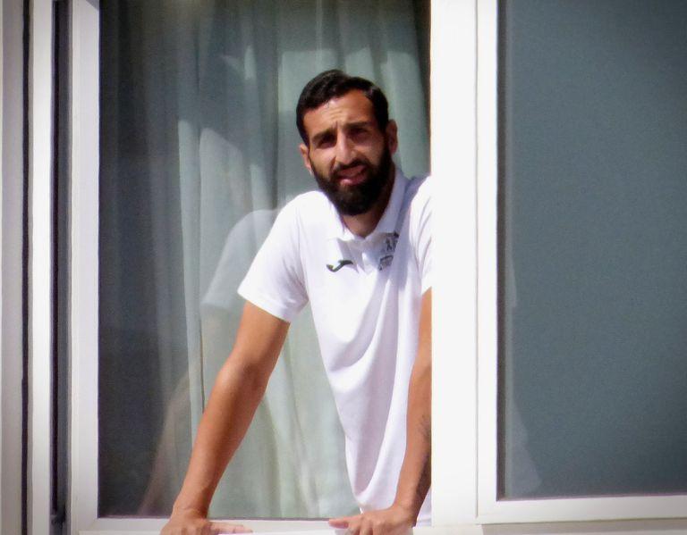 José Rodríguez, jugador del Fuenlabrada, se asoma a una de las ventanas del hotel Finisterre de A Coruña, donde el equipo permanece confinado.
