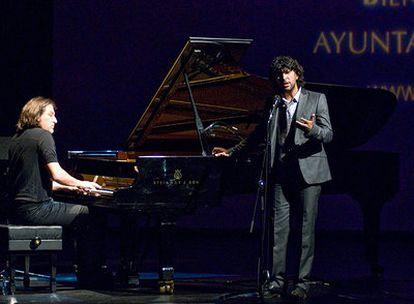 Dorantes y Arcángel en el momento de su actuación de anoche en la presentación en Madrid de la Bienal de Flamenco de Sevilla