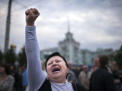 Una mujer ucrania celebra con el puño en alto.
