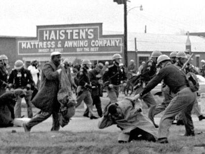 Un agente golpea a John Lewis en la marcha de Selma. El ahora congresista resultó herido con una fractura en el cráneo.