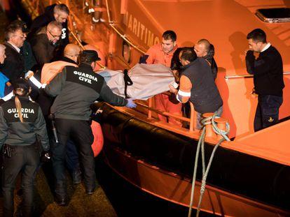 Miembros del equipo de rescate bajan el cuerpo de uno de los marineros fallecidos del 'Sin Querer Dos', en 2018.